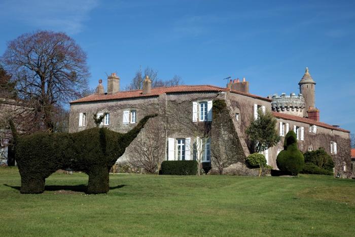 Sculptures dans le grand parc du château du Castel du Verger