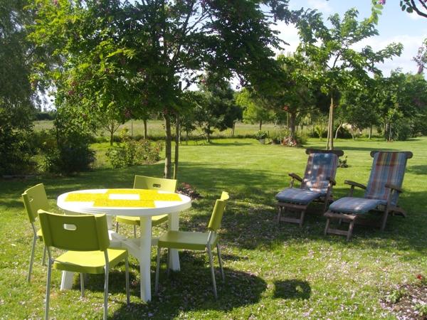 Grand jardin disponible pour les hôtes de la chambre