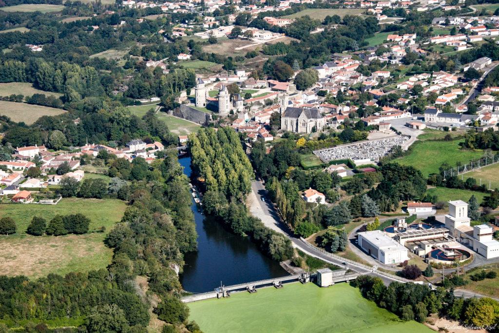 Photo aérienne d'apremont avec son lac et son chateau
