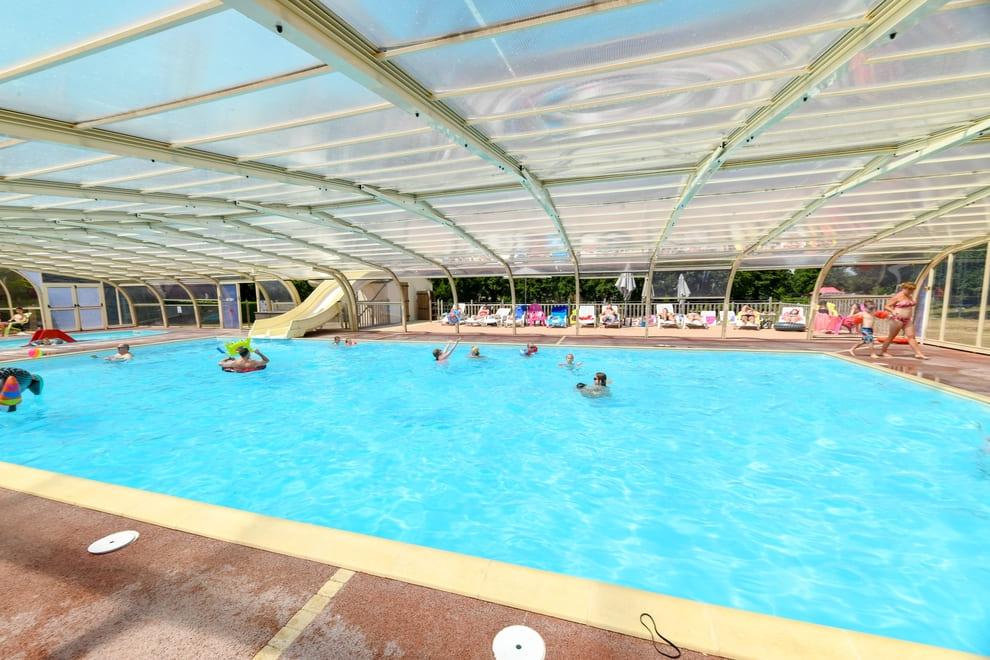 la piscine couverte et chauffée du camping 4 étoiles en Vendée