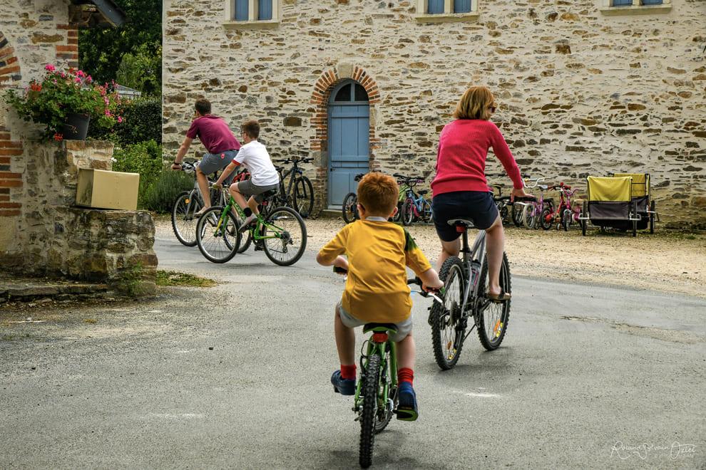 promenade à vélo sur les pistes cyclables du camping